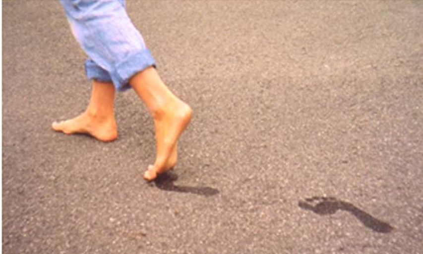 صوره تفسير حلم المشي حافي , حلمت اني ماشي حافي