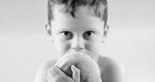 صورة ما هي علامات طفل التوحد , كيف اميز طفل التوحد